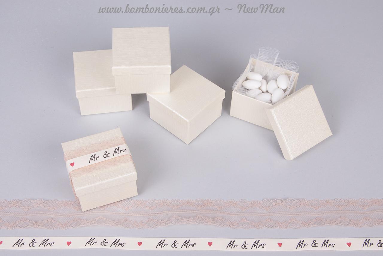 Μπομπονιέρα MR&MRS σε λευκό ή εκρού κουτί με κορδέλα Old Time Classic (εκρού) και λευκή κορδέλα με ομώνυμο τύπωμα και καρδούλες.