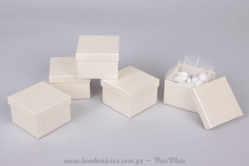 Μικρό κουτί (7x 7x 5 εκ.) σε λευκό ή εκρού.