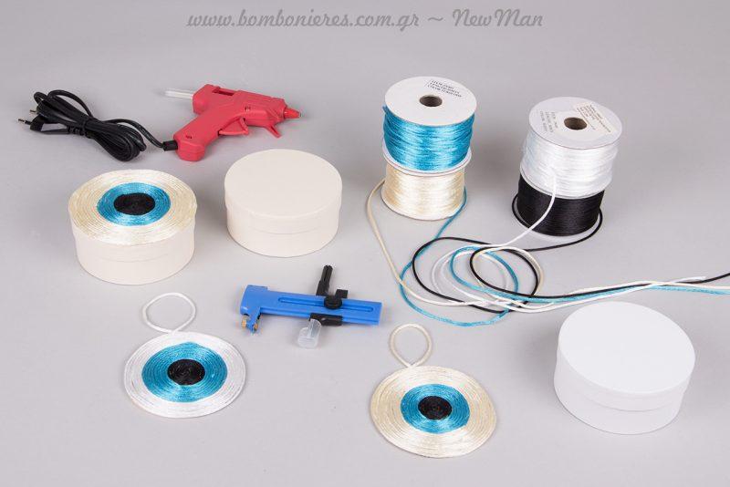 DIY μπομπονιέρα «μάτι» σε λευκό ή εκρού κουτί με κορδόνι σατέν ποντικοουρά (λευκό-μπλε-μαύρο).