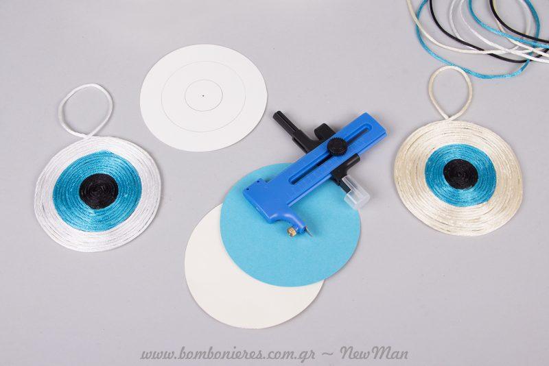 Χρησιμοποιείστε διαβήτη- κοπίδι Compass Cutter για να σχεδιάσετε και να κόψετε το χαρτόνι της βάσης.