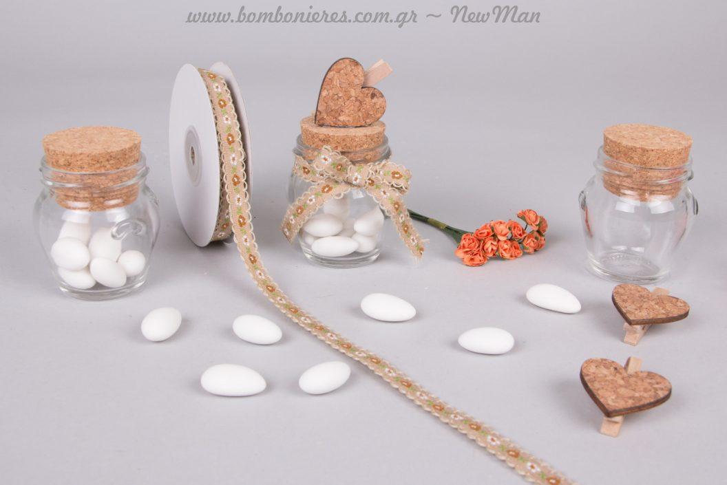 Γυάλινο βαζάκι Orchio, χρωματιστά τριανταφυλλάκια και ξύλινες καρδιές-μανταλάκι για την φθινοπωρινή σας μπομπονιέρα.