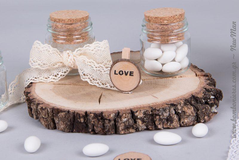 Το ξύλο φέρνει μια ακατέργαστη φυσική κομψότητα και το προτείνουμε χωρίς κανέναν ενδοιασμό για την διακόσμηση και τον στολισμό του γάμου σας.