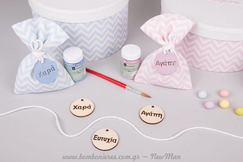 Χρωματίστε τις ξύλινες ευχές (Ευτυχία-Χαρά-Υγεία) με chalk paint, χρησιμοποιώντας πινέλο ακουαρέλας.