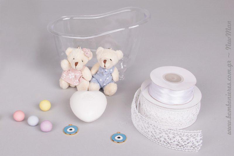 Διακοσμήστε την διάφανη μπανιέρα με κορδέλες και ματάκι και βάλτε μέσα καλούδια όπως κουφέτα Crispy, σαπουνάκι- καρδιά και αρκουδάκι μπρελόκ.