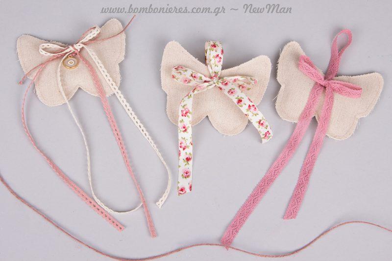 Πουγκί πεταλούδα διακοσμημένο με φυτίλι δαντελέ και χρυσαφένιο μάτι. Πουγκί με υφασμάτινη κορδέλα Compose Rose και πουγκί με δαντελοκορδέλα σε παλιό ροζ.