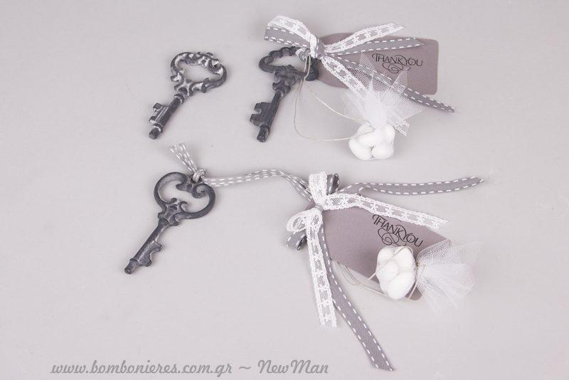 Ρομαντική κρεμαστή μπομπονιέρα γάμου με σιδερένιο κλειδί (αντικέ) και ετικέτα Thank you.