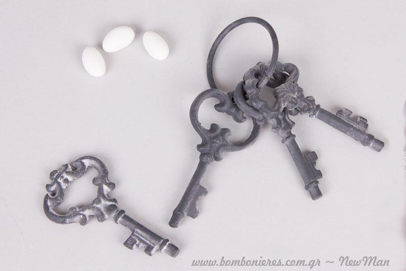 Τα σιδερένια κλειδιά διατίθενται σε αρμαθιά των τριών κλειδιών.