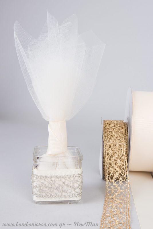 Μπομπονιέρα σε γυάλινο ρεσώ, διακοσμημένο με εκρού κορδέλα Gros και δαντελένια κορδέλα σε ασημί απόχρωση.