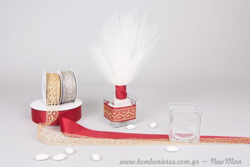 Μπομπονιέρα σε γυάλινο ρεσώ, διακοσμημένο με κορδέλα Gros σε βαθύ κόκκινο και δαντελένια κορδέλα σε χρυσαφένια απόχρωση.