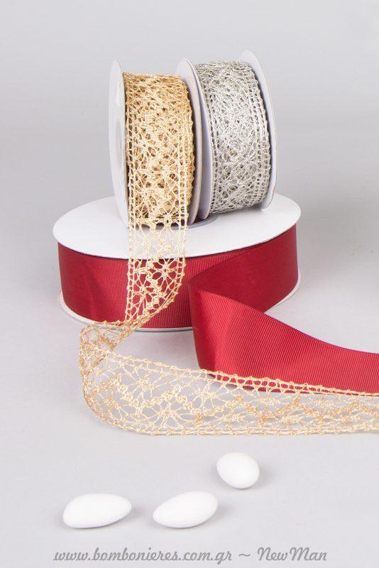 Κορδέλα Gros σε βαθύ κόκκινο και δαντελένιες κορδέλες σε ασημί ή χρυσαφένια απόχρωση.