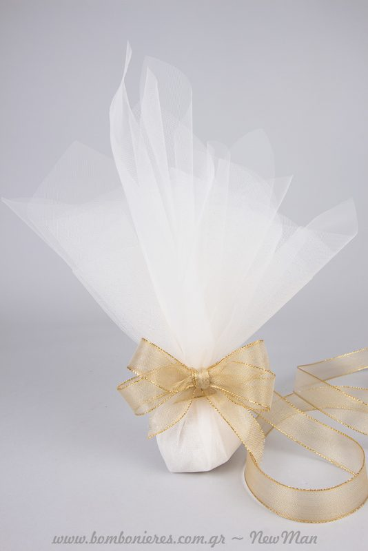 Για ένα πλούσιο αποτέλεσμα χρησιμοποιήστε τρία φύλλα γαλλικό τούλι και τούλι ελληνικό για να τυλίξετε τα κουφέτα και να δώσετε επιπλέον όγκο.