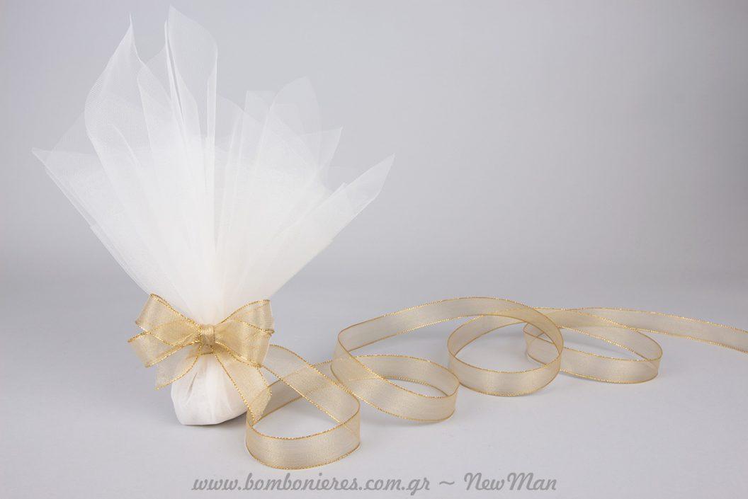 Κλασσική μπομπονιέρα με κορδέλα οργάντζα σε χρυσαφένια απόχρωση.