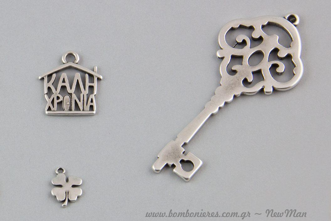 Μεταλλικό διακοσμητικό σπίτι «Καλή χρονιά» ή κρεμαστό σπίτι με τυχερά σύμβολα όπως πέταλο και τετράφυλλο τριφύλλι.