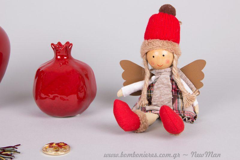 Πάνινο αγγελάκι με σκούφο και φτερά σε κόκκινες εορταστικές αποχρώσεις.