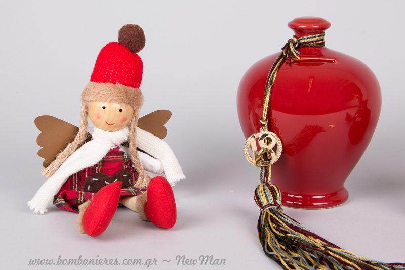 Διακοσμητικά σε κόκκινο χρώμα για μια λαμπερή μινιμαλιστική χριστουγεννιάτικη διακόσμηση.