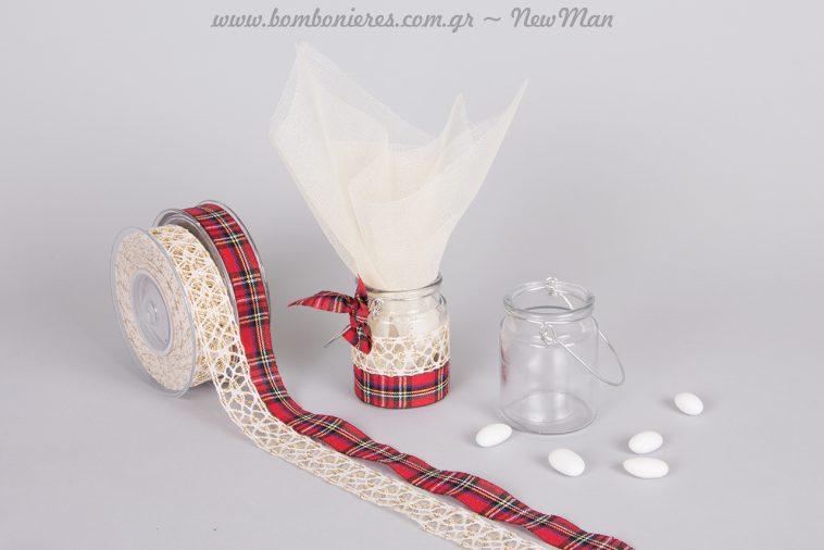 Μπομπονιέρα σε γυάλινο ρεσώ με δαντέλα και κορδέλα καρό για ένα χριστουγεννιάτικο, λαμπερό στυλ.