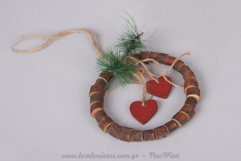 Εορταστικό στρογγυλό στεφάνι από ξύλο πεύκου με καρδιές.