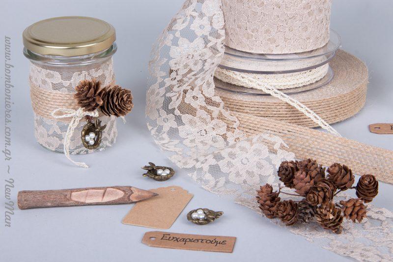 Η υφασμάτινη δαντέλα Venezzia, δίνει μια ξεχωριστή ρομαντική νότα και συνδυάζεται ιδανικά με την οικολογική κορδέλα σε μπεζ χρώμα.
