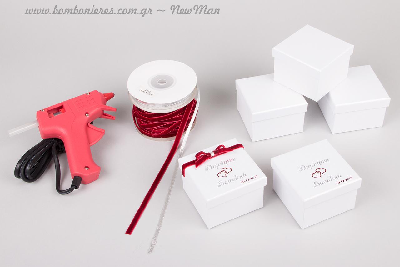 Μπομπονιέρα σε λευκό ή εκρού κουτί (7 x 7 x 5cm), με τυπωμένα (θερμοτυπία) τα ονόματα του ζευγαριού και την ημερομηνία του γάμου τους.