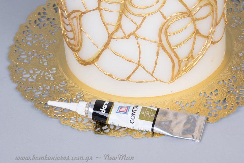 Τα μόνα υλικά που θα χρειαστείτε είναι κεριά σε εκρού ή λευκό χρώμα (πάγου) και πάστα (περίγραμμα Contour) σε χρυσαφένια απόχρωση.