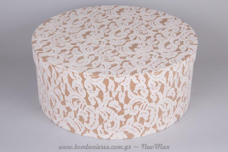 Η καπελιέρα (φ48 x 20cm) είναι ιδανική ως βαπτιστικό κουτί και θα εντυπωσιάσει με το ρομαντικό της ύφος.