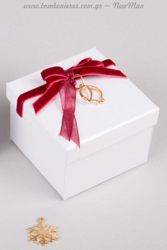 Η μπορντό βελούδινη κορδέλα (με ούγια) συνδυάζεται υπέροχα με τα χρυσαφένια διακοσμητικά, δημιουργώντας ένα εορταστικό πολυτελές αποτέλεσμα.