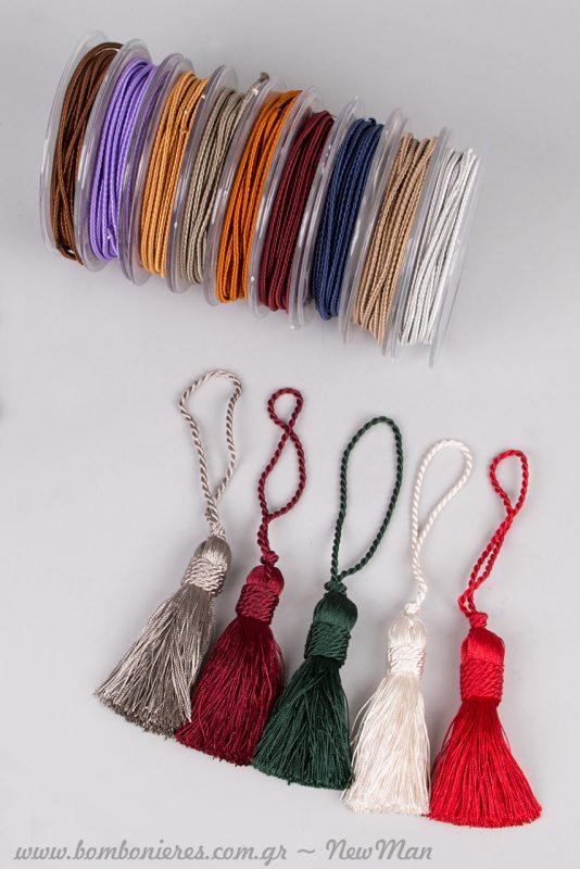 Φούντες και μεταξωτά κορδόνια σε υπέροχα ζεστά χρώματα για τα γούρια-δωράκια σας.