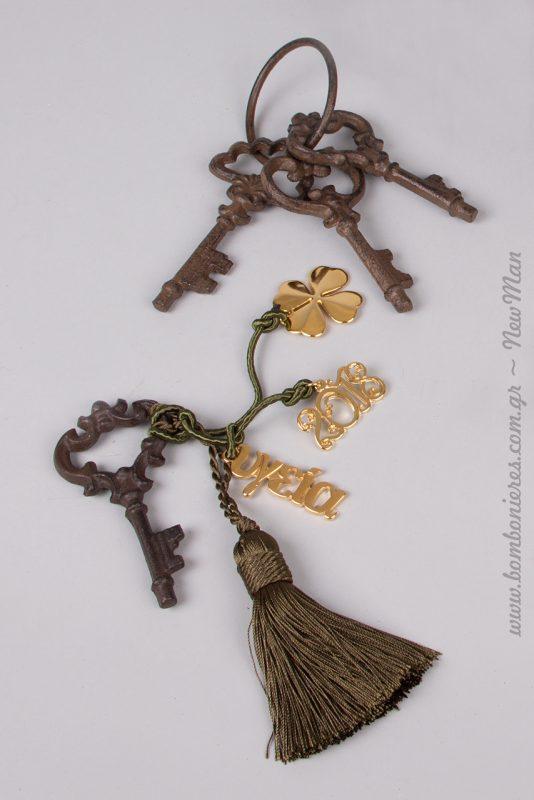 Συνδυάστε τα old style κλειδιά (240909) με φούντα σε λαδί μεταλλική απόχρωση και φτιάξτε ένα πανέμορφο γούρι.
