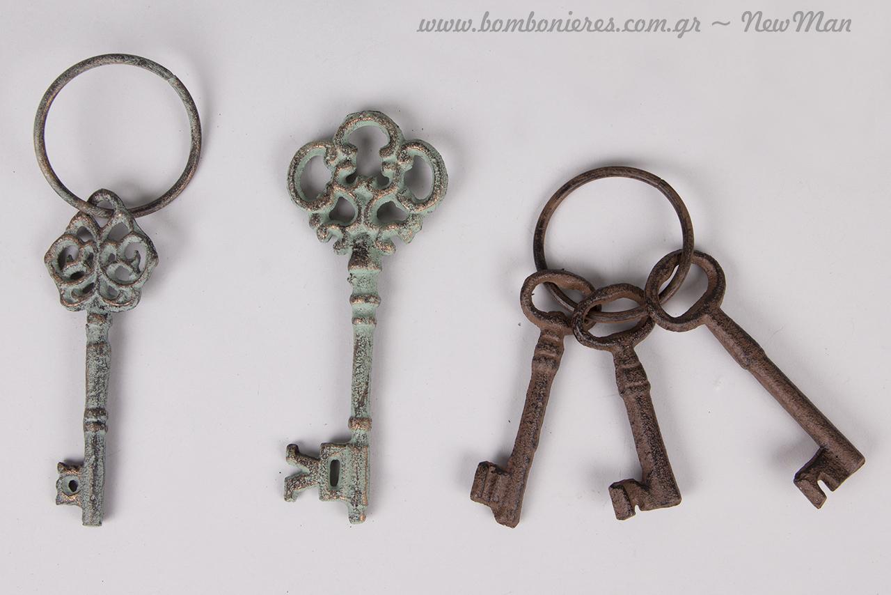 Κλειδιά σε διαφορετικά σχέδια με vintage αισθητική.