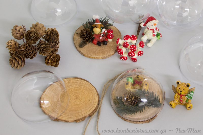 Κουκουνάρια, ματσάκι μανιτάρια κι ένα σωρό άλλα μικρο-διακοσμητικά για τα DIY στολίδια σας.