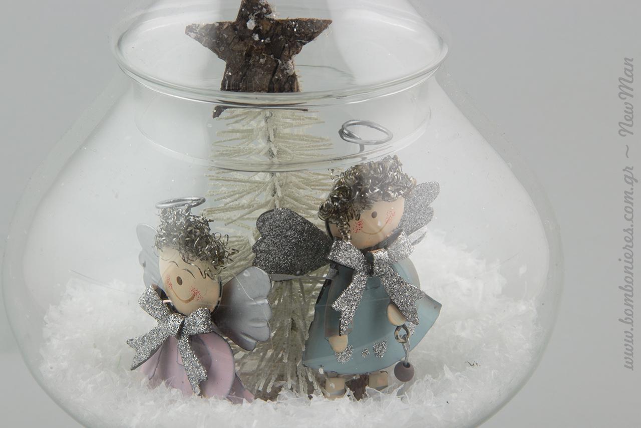 Κωνική γυάλα με καπάκι, διακοσμημένη με συνθετικό χιόνι, μεταλλικά αγγελάκια και χριστουγεννιάτικο δέντρο μινιατούρα.