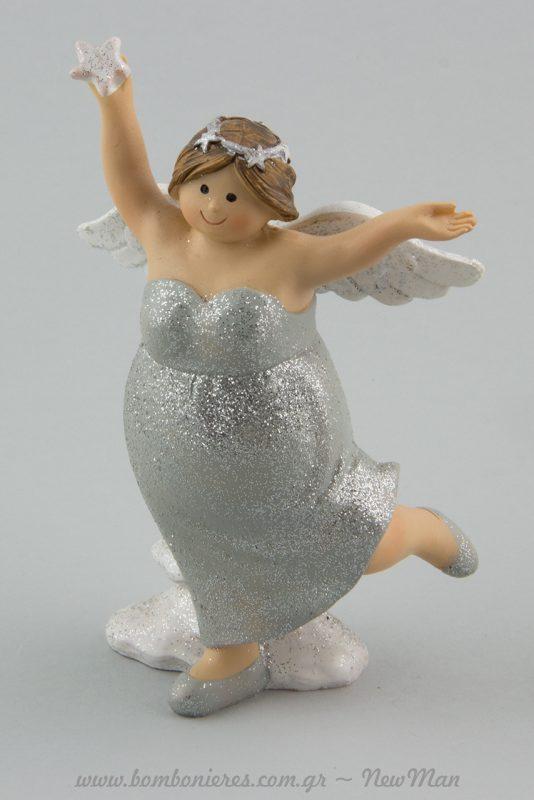 Χαρούμενη Αγγελίνα όρθια με αστέρι και φτερά.