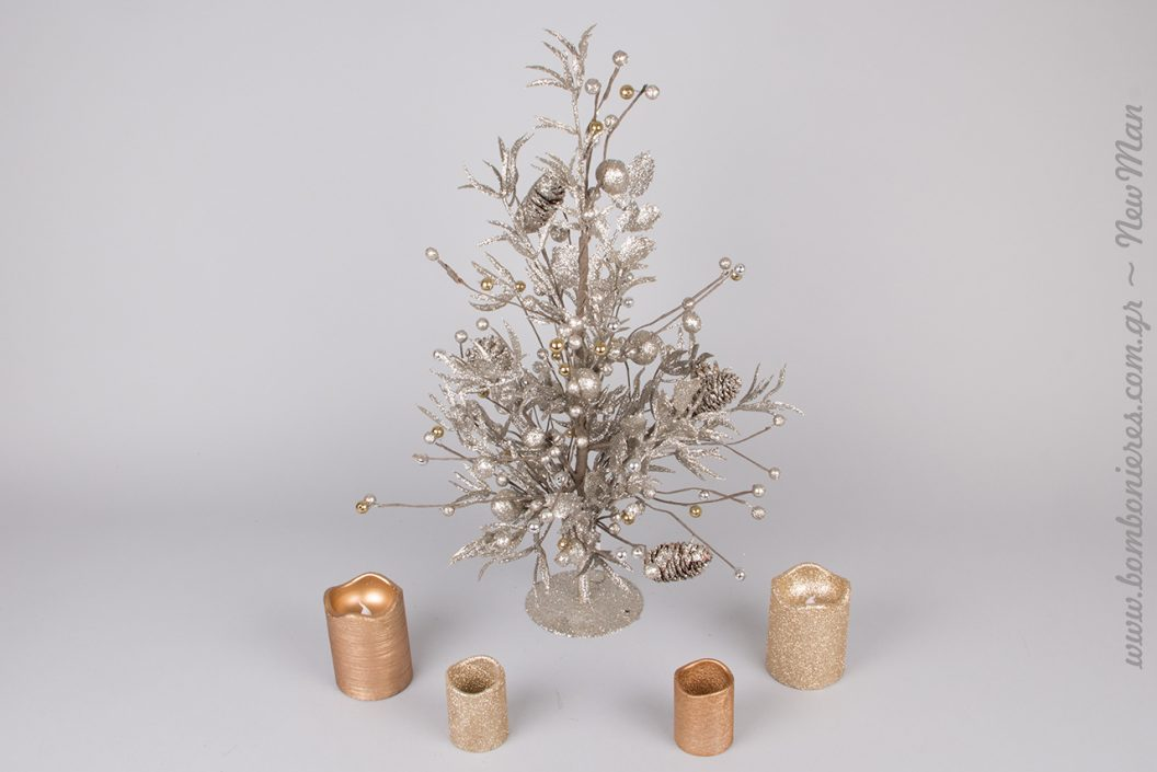 Mini Χριστουγεννιάτικο δέντρο σε ασημί απόχρωση.