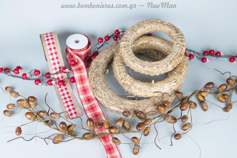 DIY χριστουγεννιάτικο στεφάνι με καρό κορδέλες και γιρλάντες από βελανίδια ή ρόδια.