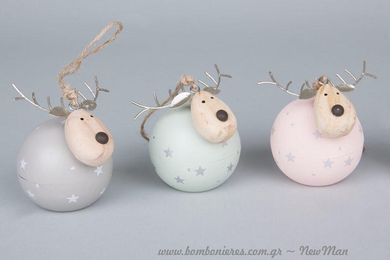 Κρεμαστά μεταλλικά ελαφάκια σε στρογγυλό σχήμα μπάλας (6cm) με ξύλινο κεφάλι.