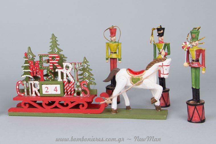 Εντυπωσιάστε μικρούς και μεγάλους με τους κρεμαστούς διακοσμητικούς Καρυοθραύστες (17 ή 16cm) και με το ιδιαίτερο αυτό ξύλινο-χριστουγεννιάτικο ημερολόγιο.