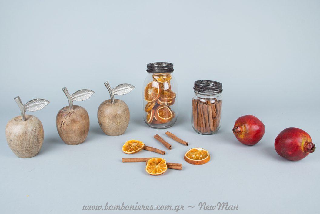 Διακόσμηση με γυάλινα βάζα (μεταλλικό καπάκι), αποξηραμένα φρούτα, κανέλλα και ξύλινα μήλα ή κόκκινα ρόδια.