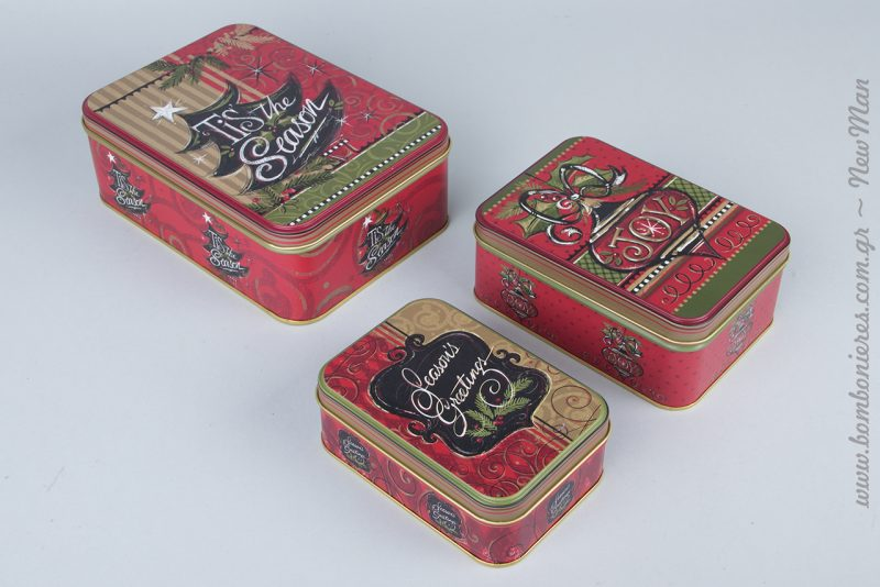 Παραλληλόγραμμα μεταλλικά κουτιά σε κόκκινο χρώμα για τα δώρα ή τη χριστουγεννιάτικη διακόσμηση.