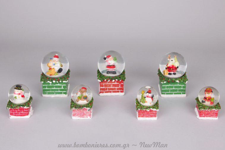 Χριστουγεννιάτικες χιονόμπαλες πάνω σε καμινάδα, σε ποικιλία σχεδίων και σε διαφορετικά μεγέθη.