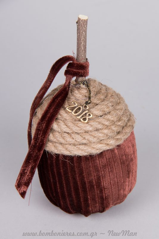 Βελούδινο βελανίδι σε καφέ χρώμα με κοτσάνι από ξύλο τριανταφυλλιάς.