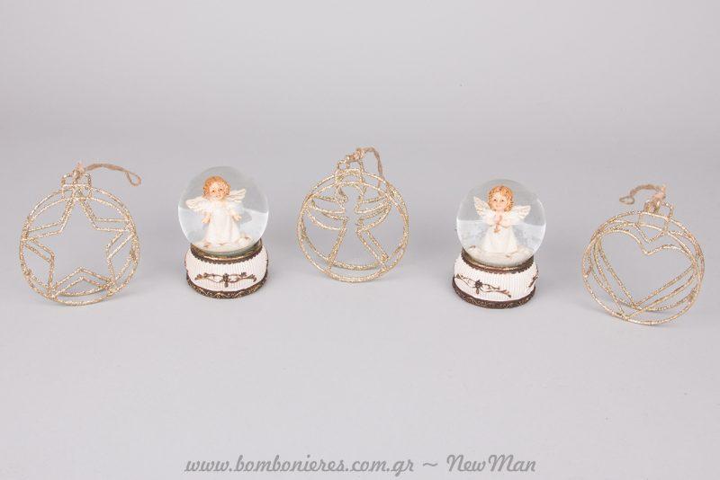 Κρεμαστά στολίδια από σύρμα σε χρυσαφένια απόχρωση και χιονόμπαλες σε μπαρόκ ύφος με αγγελάκια και χρυσές λεπτομέρειες.