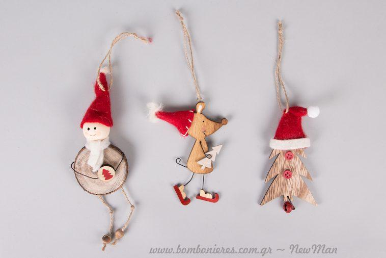 Ξύλινα στολίδια με κόκκινες λεπτομέρειες: Χιονάνθρωπος που είναι ταυτόχρονα και παιχνίδι, ποντικάκι με σκούφο και χριστουγεννιάτικο δέντρο μινιατούρα με σκούφο.