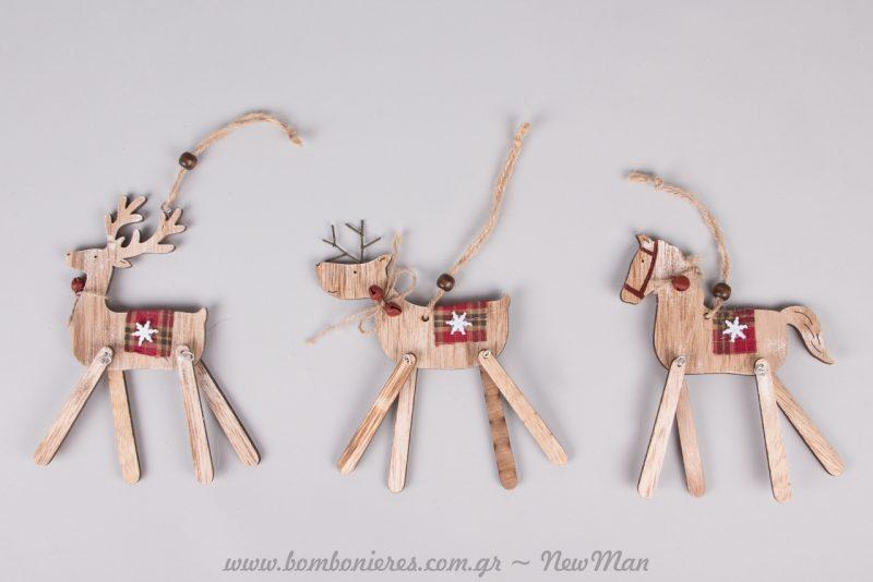 Κρεμαστά ξύλινα στολίδια (αλογάκι ή ελαφάκι) με πόδια που κινούνται και κόκκινη καρό λεπτομέρεια.