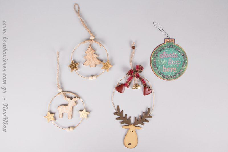 Κρεμαστά ξύλινα στεφανάκια με δέντρο ή ελάφι, μεταλλική μπάλα «Santa please stop here», και κρεμαστό ελαφάκι με καρδούλες και κόκκινο καρό.