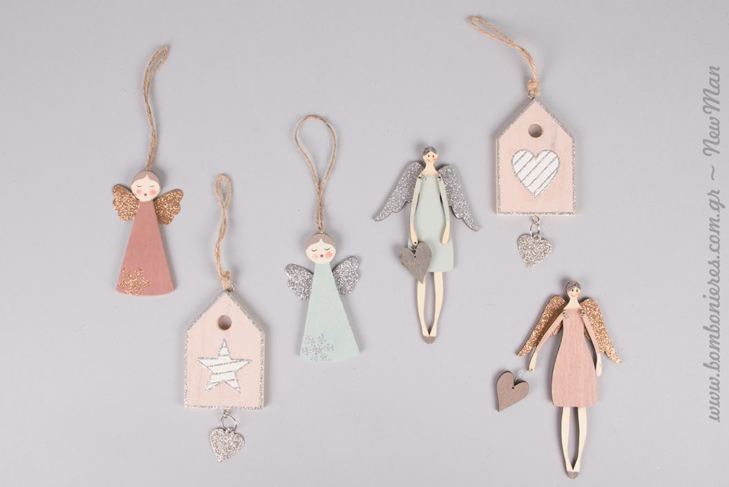 Ξύλινα κρεμαστά στολίδια σε παστέλ ιριδίζουσες αποχρώσεις. Παλιό ροζ, ροζ απαλό, σιέλ, καρδούλες και φτερά με χρυσόσκονη για έναν παραμυθένιο στολισμό σε παλ αποχρώσεις.