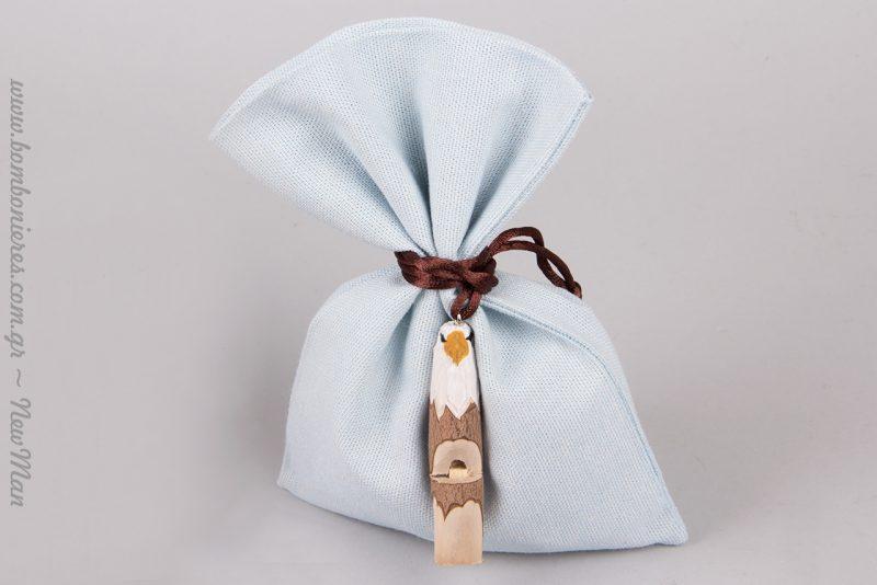 Σιέλ υφασμάτινο πουγκί με ξύλινη σφυρίχτρα-ζωάκι για την μπομπονιέρα της βάπτισης.