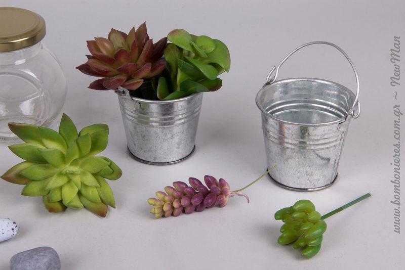 Τσίγγινο κουβαδάκι με χεράκι διακοσμημένο με παχύφυτα (τριαντάφυλλο, αγκιναράκι, σποράκια), για τις μπομπονιέρες ή την διακόσμηση.