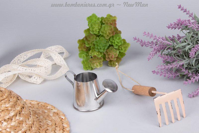 Μινιατούρες εργαλεία κήπου (ποτιστήρι, τσουγκράνα), διακοσμητικό παχύφυτο (Sedum) και δαντελοκορδέλα σε σπασμένο λευκό.
