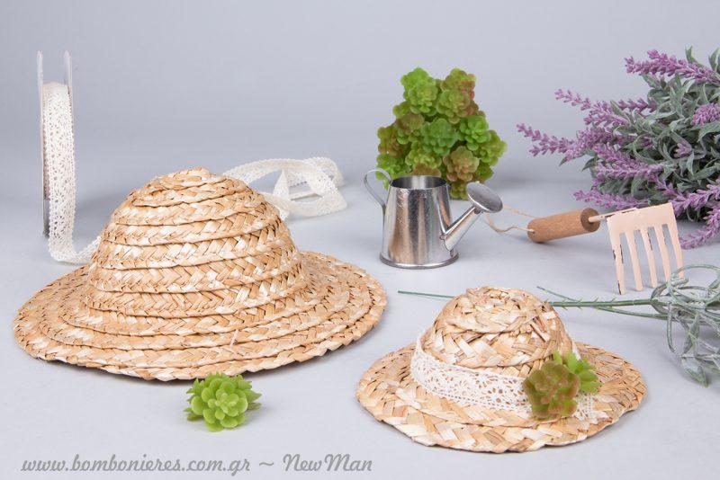 Διακοσμητικά ψάθινα καπέλα (φ. 11cm ή φ. 18cm), διακοσμημένα με δαντελοκορδέλα και διακοσμητικό φυτό Sedum.