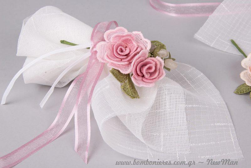 Το ροζ τριαντάφυλλο συμβολίζει την ευγένεια, την κομψότητα και τη φινέτσα και δείχνει υπέροχα, συνδυασμένο με την κλασική μας μπομπονιέρα από λινό ύφασμα.